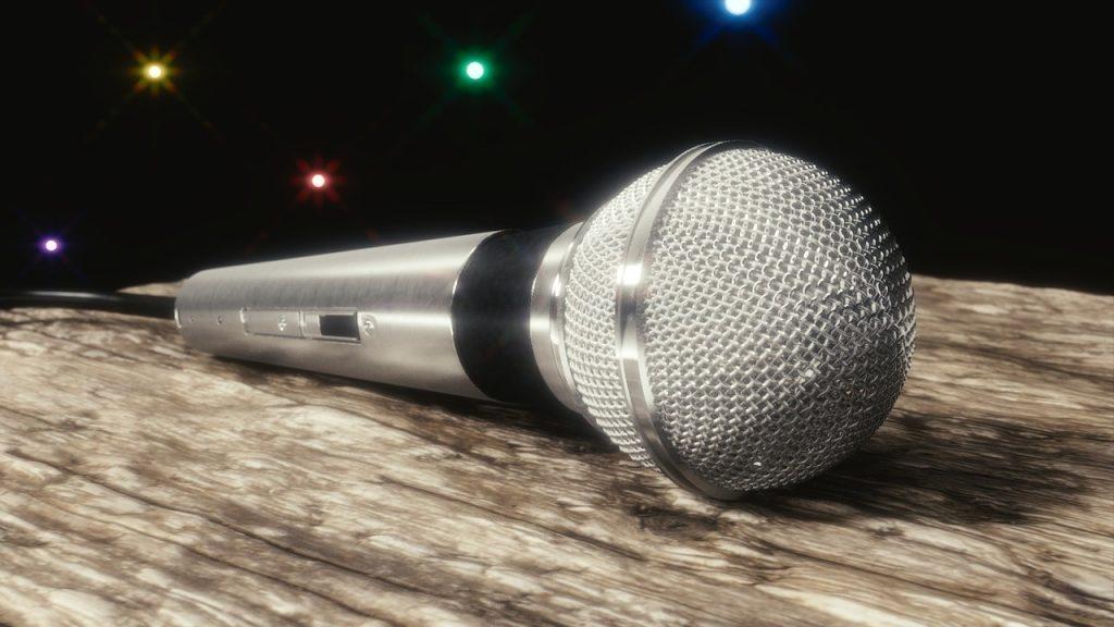 Open mic -rituaali vapauttaa työyhteisön herkistymään